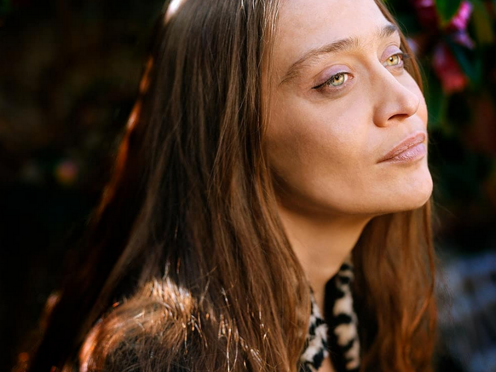 Fiona Apple (pictured above) is showing the irony in her recent review from Pitchfork with her careless attitude and fight against perfection.